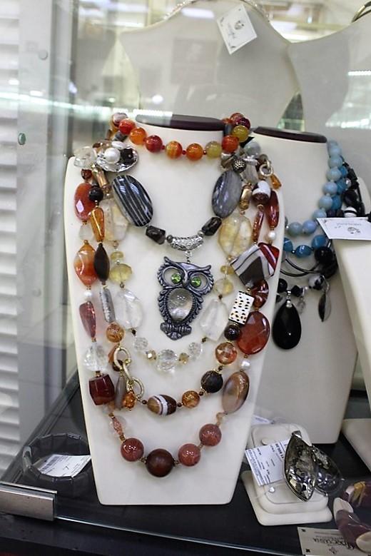 """Фото из торгового зала ювелирного салона """"Престиж-Ювелир"""" в Серпухове бусы с натуральными камнями"""