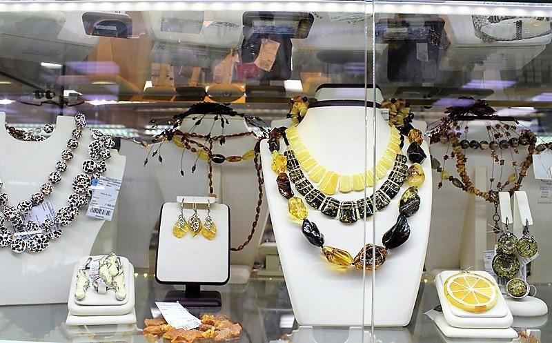 """Фото из торгового зала ювелирного салона """"Престиж-Ювелир"""" в Серпухове комплекты с натуральными камнями"""