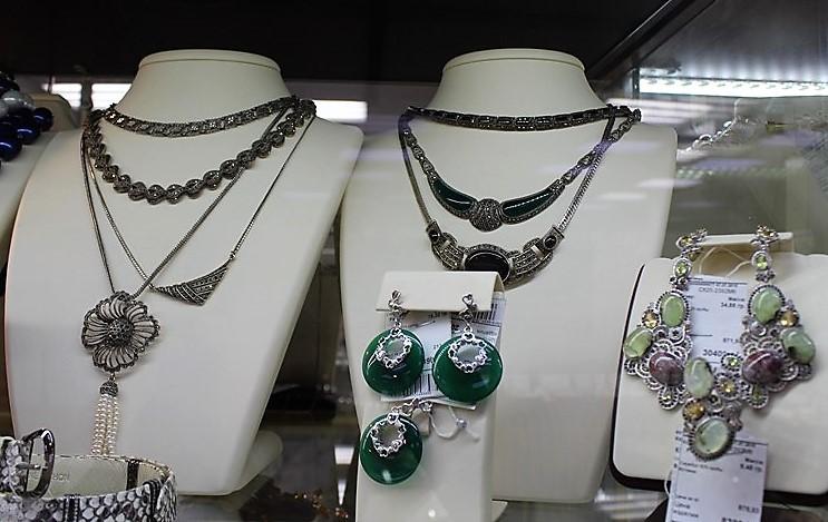 """Фото из торгового зала ювелирного салона """"Престиж-Ювелир"""" в Серпухове серебро комплекты с натуральными камнями"""