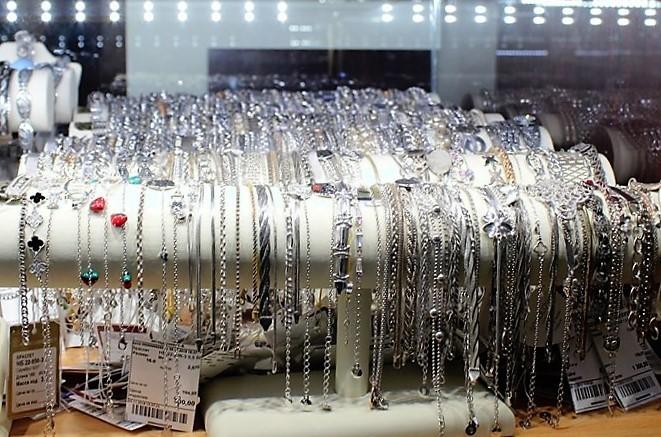 """Фото из торгового зала ювелирного салона """"Престиж-Ювелир"""" в Серпухове серебро браслеты"""
