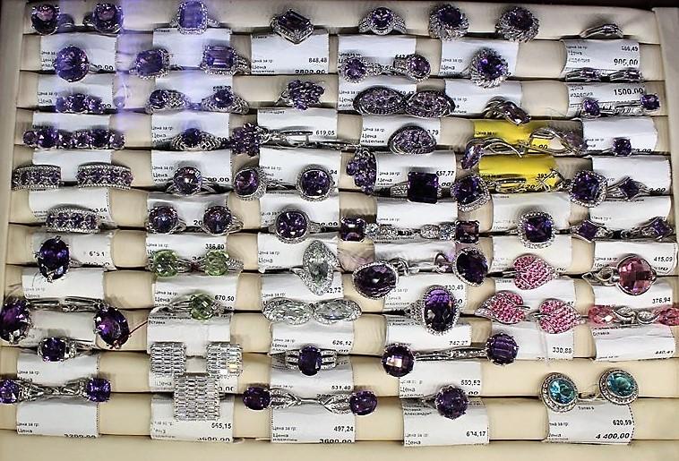 """Фото из торгового зала ювелирного салона """"Престиж-Ювелир"""" в Серпухове кольца серебро"""
